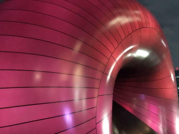 ミッドタウンに出現した巨大オブジェ アーク・ノヴァの胎内で映画を