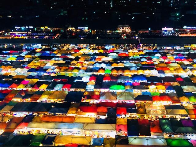 バンコク:ナイトマーケット タラートロットファイ・ラチャダーの眺めが最強にインスタ映え